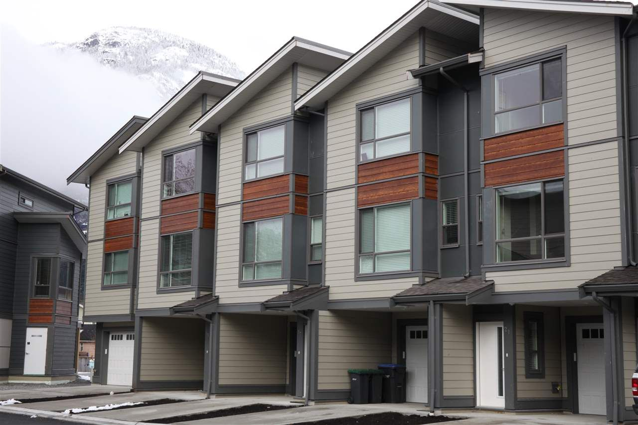 """Main Photo: 21 38684 BUCKLEY Avenue in Squamish: Downtown SQ Townhouse for sale in """"Newport Landing"""" : MLS®# R2145592"""