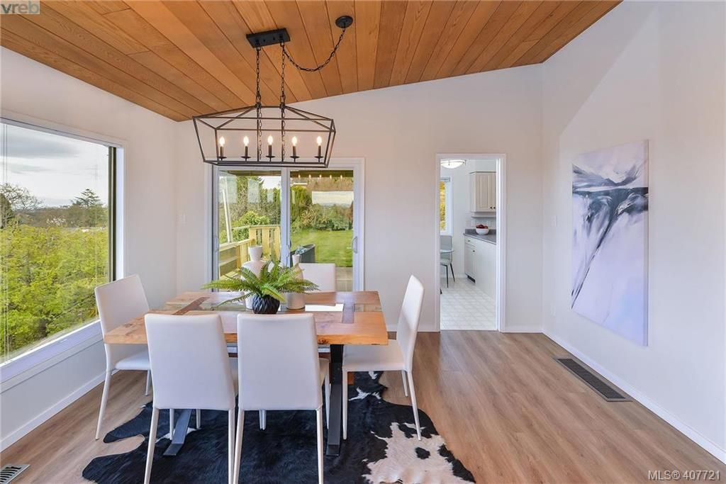 Photo 4: Photos: 3698 Kootenay Pl in VICTORIA: SE Cedar Hill House for sale (Saanich East)  : MLS®# 810256