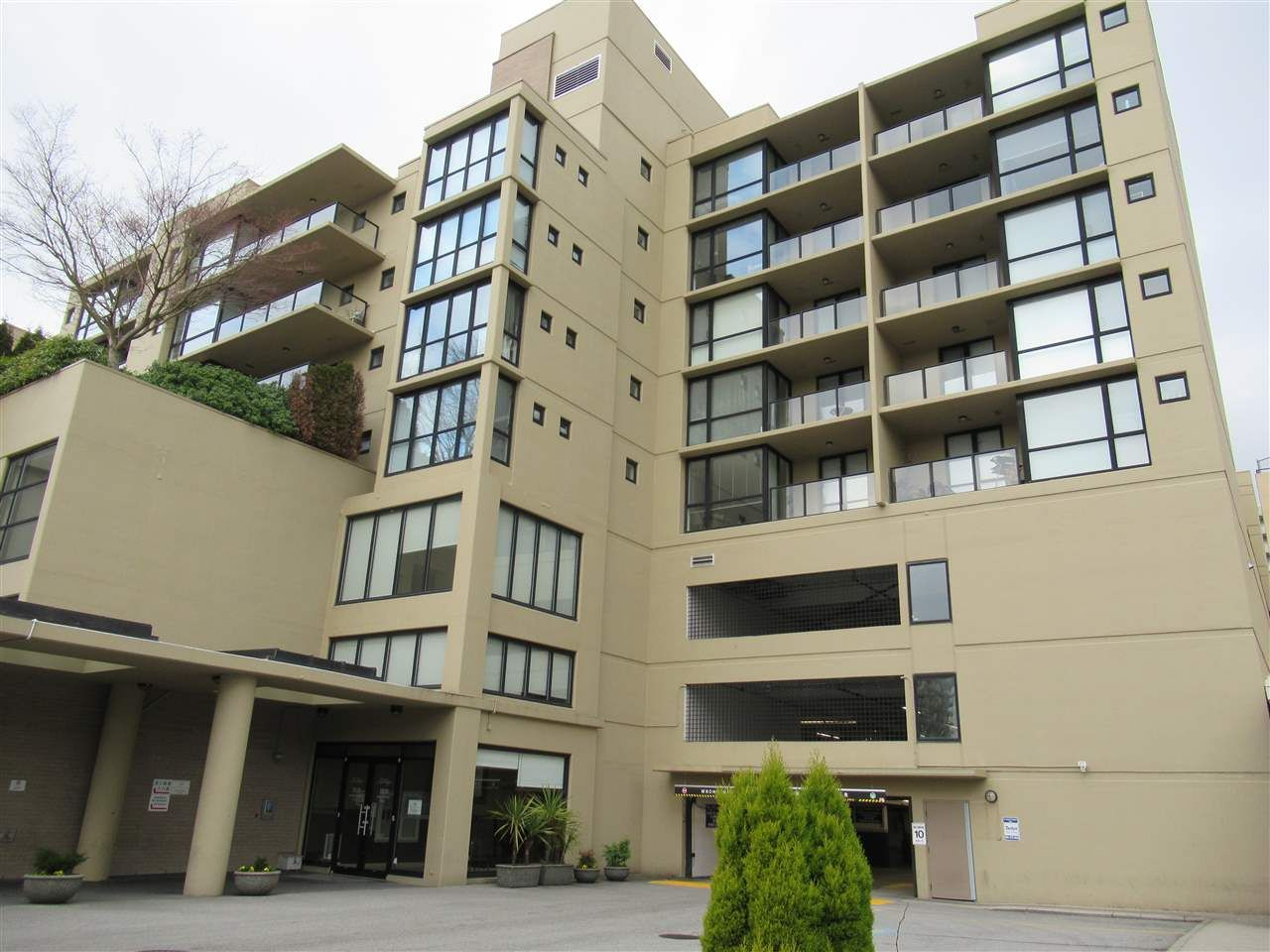 """Main Photo: 718 7831 WESTMINSTER Highway in Richmond: Brighouse Condo for sale in """"THE CAPRI"""" : MLS®# R2505355"""