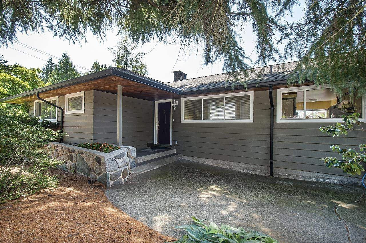 Main Photo: 555 LUCERNE Place in North Vancouver: Upper Delbrook House for sale : MLS®# R2599437