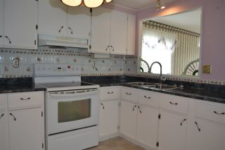 """Photo 6: 177 1840 160 Street in Surrey: King George Corridor Manufactured Home for sale in """"Breakaway Bays"""" (South Surrey White Rock)  : MLS®# R2316693"""