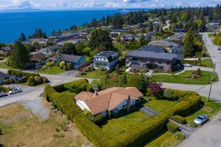 """Photo 5: 14418 BLACKBURN Crescent: White Rock House for sale in """"West Side White Rock"""" (South Surrey White Rock)  : MLS®# R2576581"""