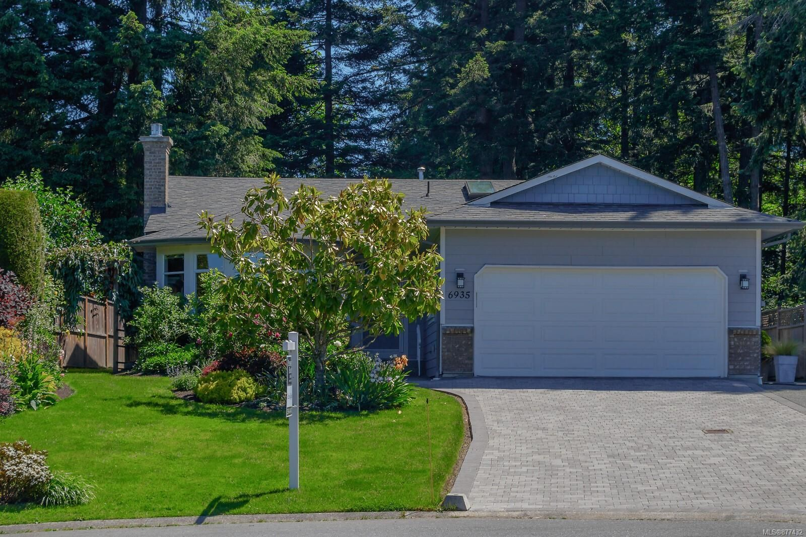 Main Photo: 6935 Shiner Pl in : CS Brentwood Bay House for sale (Central Saanich)  : MLS®# 877432
