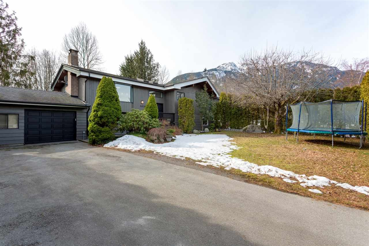 Main Photo: 1434 MAPLE Crescent in Squamish: Brackendale House for sale : MLS®# R2246970