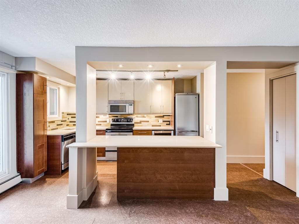 Main Photo: 202 1603 26 Avenue SW in Calgary: South Calgary Apartment for sale : MLS®# A1100163