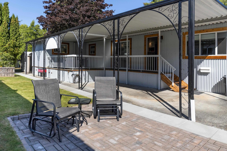 "Main Photo: 71 7850 KING GEORGE Boulevard in Surrey: East Newton Manufactured Home for sale in ""Bear Creek Glen"" : MLS®# R2623355"