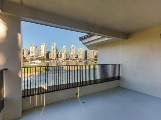 "Photo 10: 219 1869 SPYGLASS Place in Vancouver: False Creek Condo for sale in ""THE REGATTA"" (Vancouver West)  : MLS®# R2327588"