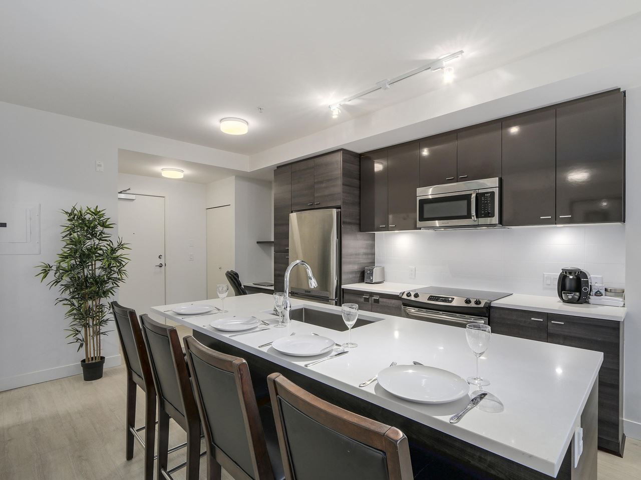 Fantastic gourmet kitchen with stainless steel appliances and quartz counters