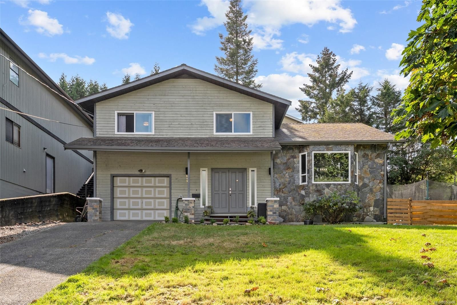 Main Photo: 649 Cairndale Rd in : Co Triangle House for sale (Colwood)  : MLS®# 856986