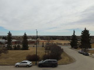 Photo 2: 21 HIGHWOOD Place NW in Calgary: Highwood House for sale : MLS®# C4102842