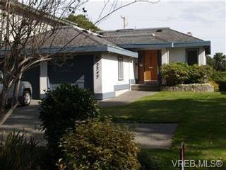Photo 1: 2545 Beach Dr in Victoria: House for sale : MLS®# 356036