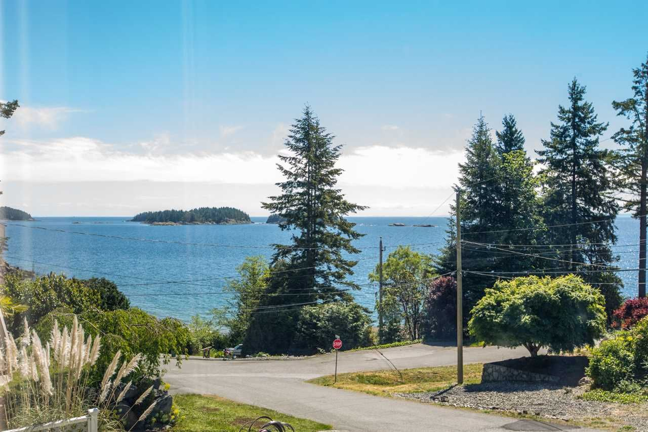 Main Photo: 7064 DALE Road in Sechelt: Sechelt District House for sale (Sunshine Coast)  : MLS®# R2065950