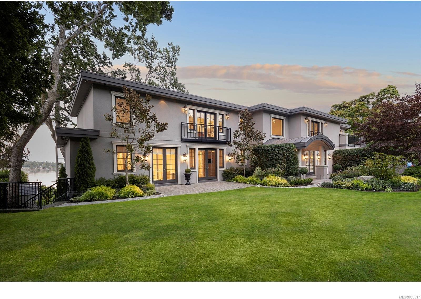Main Photo: 3555 Beach Dr in Oak Bay: OB Uplands House for sale : MLS®# 886317