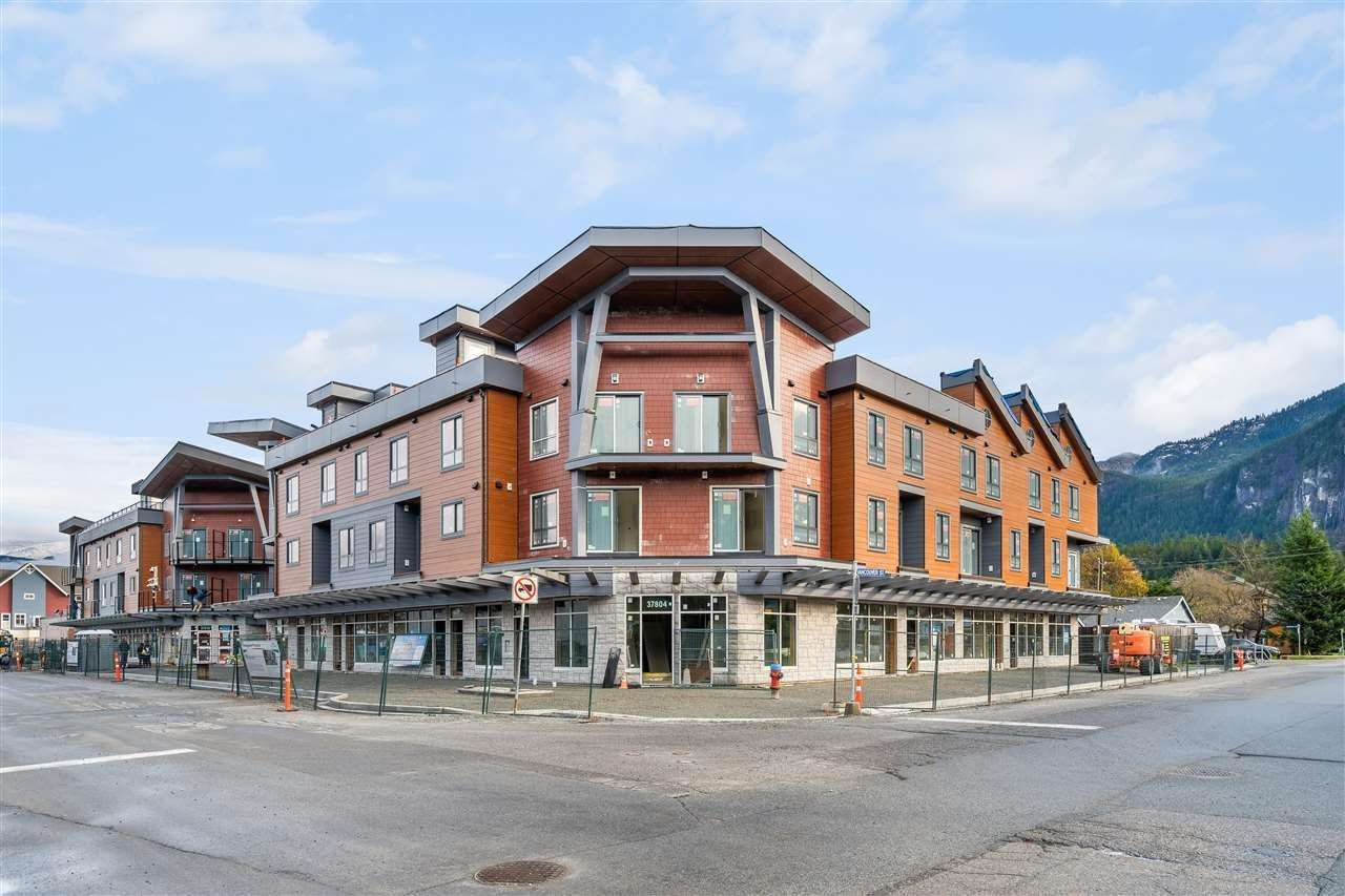 Main Photo: 204 37808 THIRD Avenue in Squamish: Downtown SQ Townhouse for sale : MLS®# R2574136