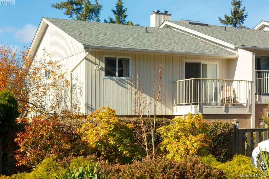 Main Photo: 3 1740 Knight Ave in VICTORIA: SE Mt Tolmie Row/Townhouse for sale (Saanich East)  : MLS®# 828137