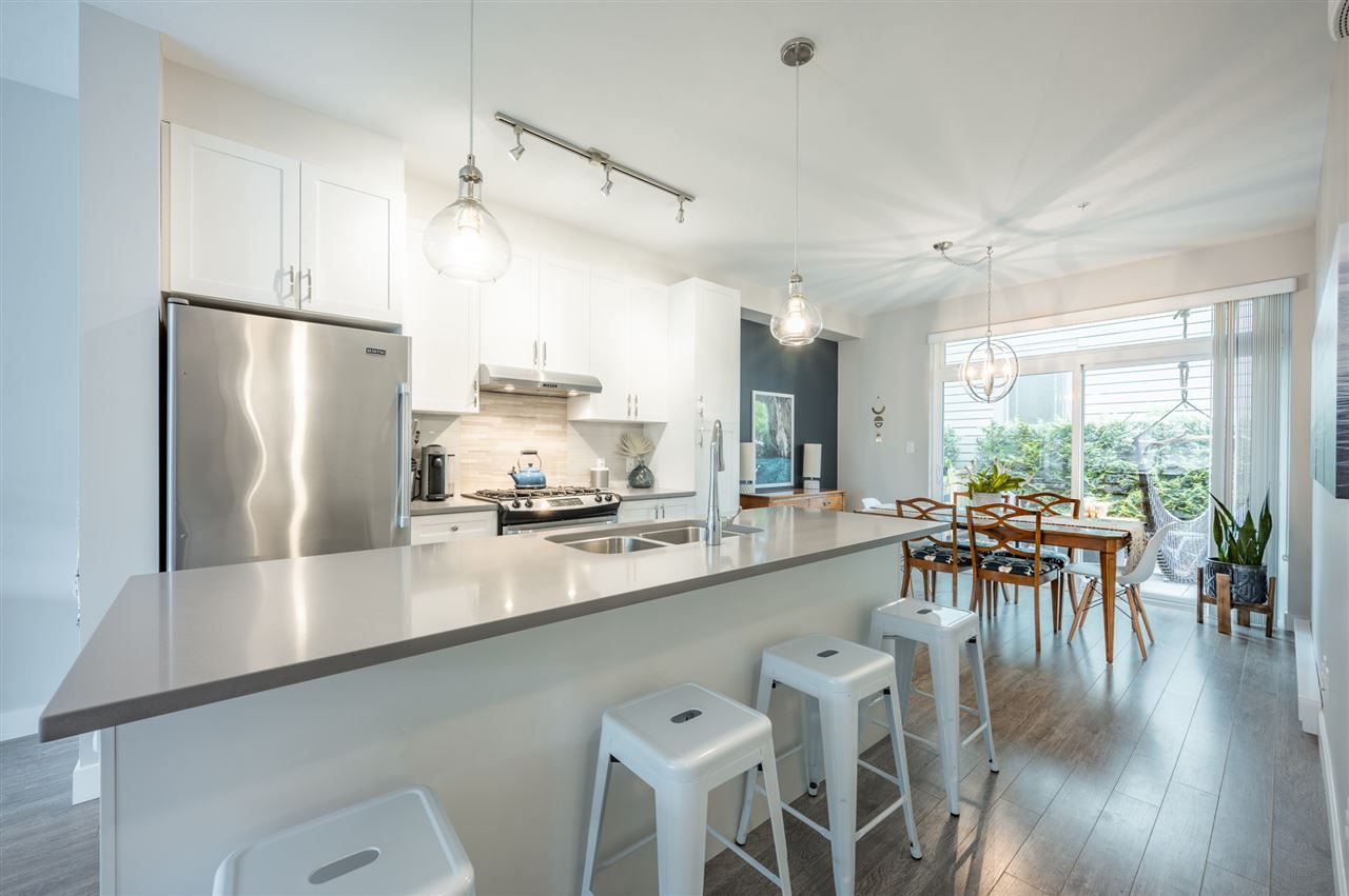 Photo 4: Photos: 38341 SUMMITS VIEW Drive in Squamish: Downtown SQ Townhouse for sale : MLS®# R2464526
