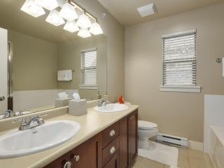 """Photo 17: 229 E QUEENS Road in North Vancouver: Upper Lonsdale Townhouse for sale in """"QUEENS COURT"""" : MLS®# R2362718"""