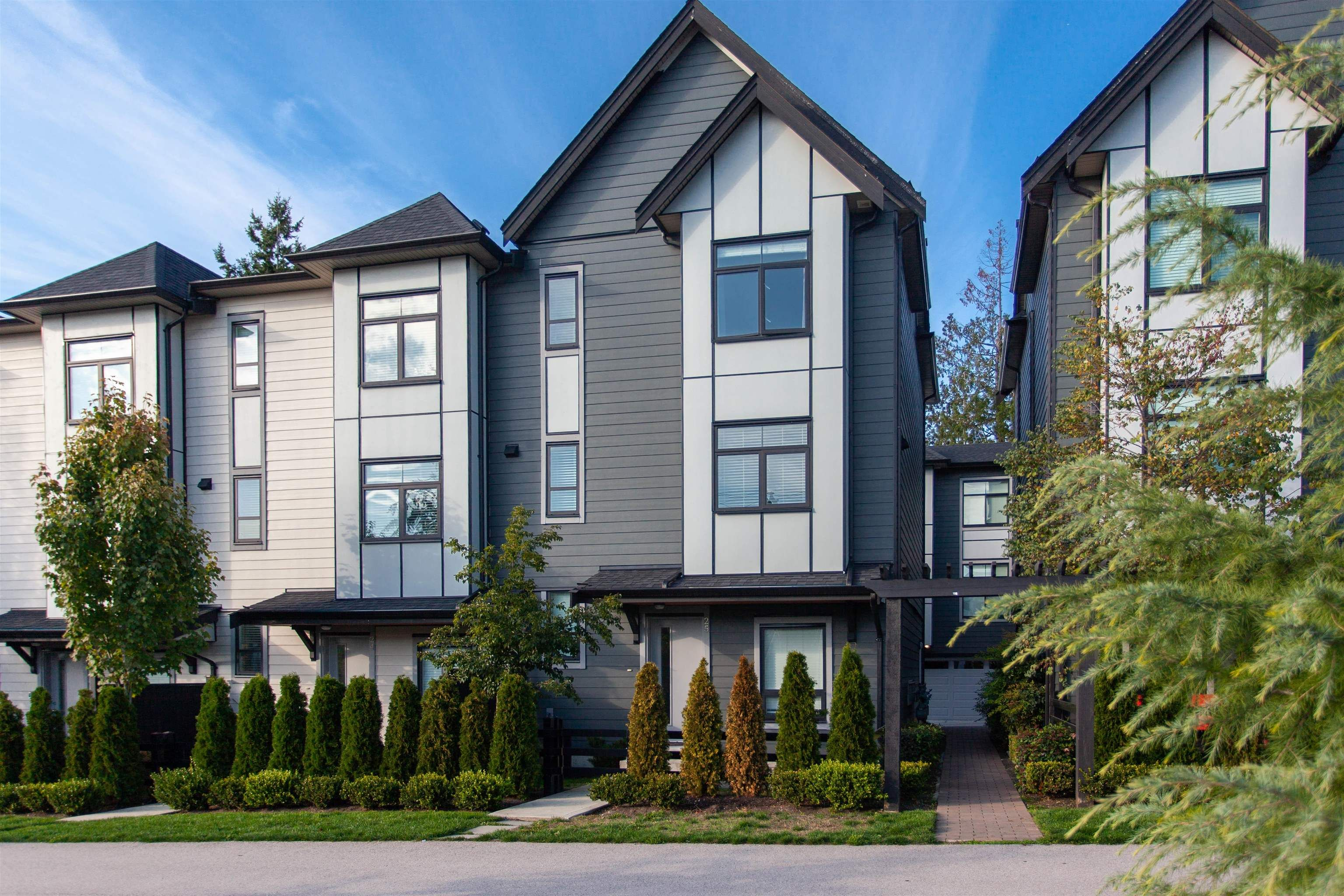 """Main Photo: 25 2427 164 Street in Surrey: Grandview Surrey Townhouse for sale in """"SMITH"""" (South Surrey White Rock)  : MLS®# R2624142"""
