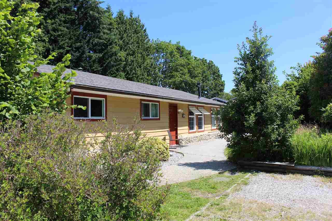"""Main Photo: 914 DAVIS Road in Gibsons: Gibsons & Area House for sale in """"TOWN OF GIBSONS"""" (Sunshine Coast)  : MLS®# R2478036"""