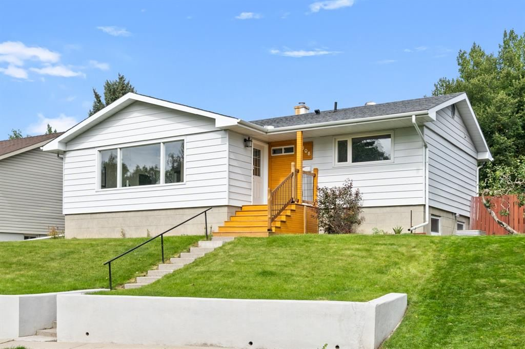 Main Photo: 308 Capri Avenue NW in Calgary: Charleswood Detached for sale : MLS®# A1143471