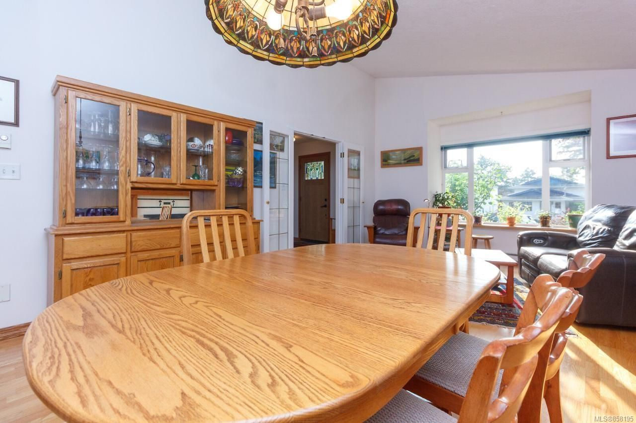 Photo 13: Photos: 1542 Westall Ave in : Vi Oaklands House for sale (Victoria)  : MLS®# 858195