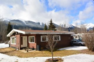 """Photo 2: 4365 LAKE KATHLYN Road in Smithers: Smithers - Rural House for sale in """"Lake Kathlyn"""" (Smithers And Area (Zone 54))  : MLS®# R2557275"""