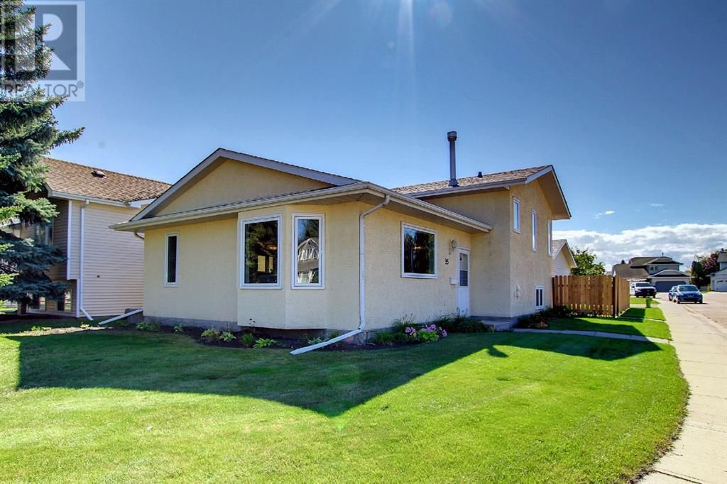 Main Photo: 95 Castle Crescent in Red Deer: House for sale : MLS®# A1144675