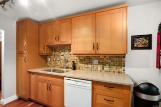 Photo 6: 302 1665 Oak Bay Ave in Victoria: Vi Rockland Condo for sale : MLS®# 862883