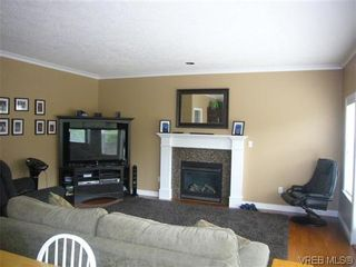 Photo 7: 1055 Violet Avenue in VICTORIA: SW Strawberry Vale Residential for sale (Saanich West)  : MLS®# 310190
