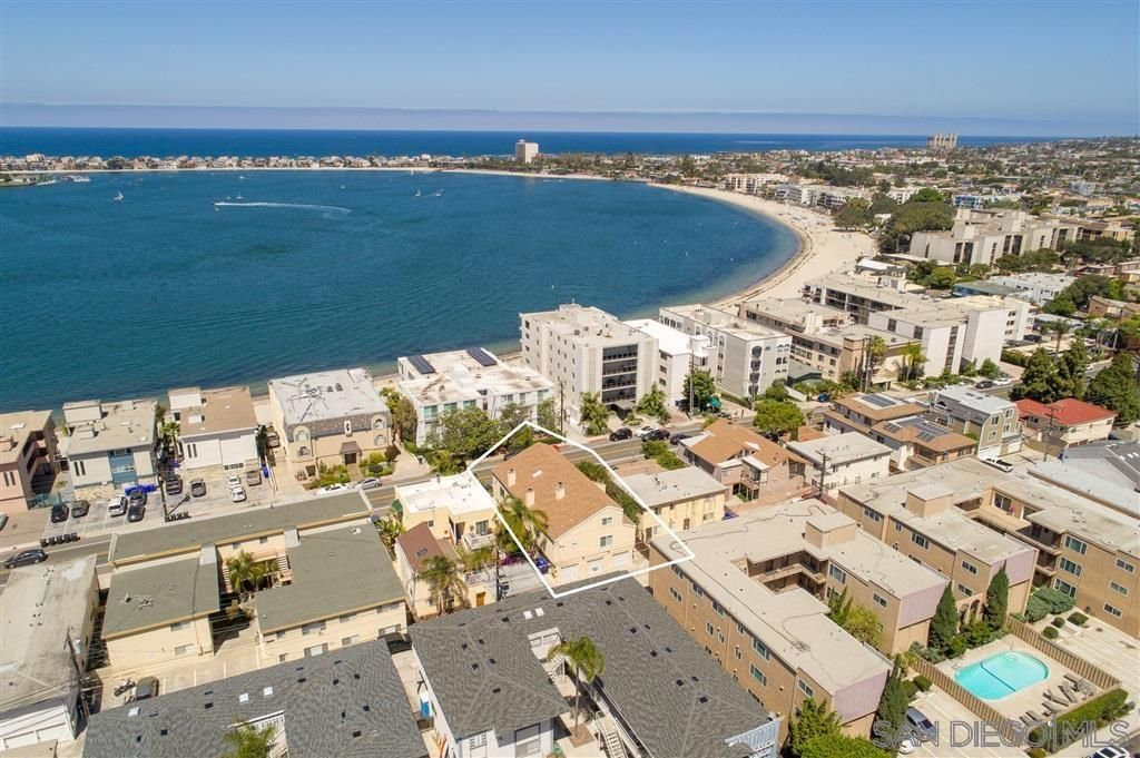 Main Photo: PACIFIC BEACH Townhouse for sale : 3 bedrooms : 3843 Riviera #2 in San Diego