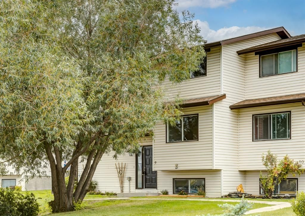 Main Photo: 9 73 Glenbrook Crescent: Cochrane Row/Townhouse for sale : MLS®# A1137466