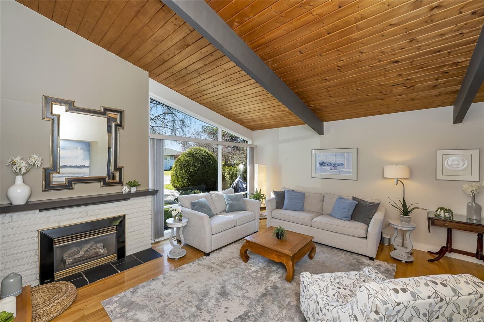 Photo 2: Photos: 1690 Blair Ave in : SE Lambrick Park House for sale (Saanich East)  : MLS®# 872166