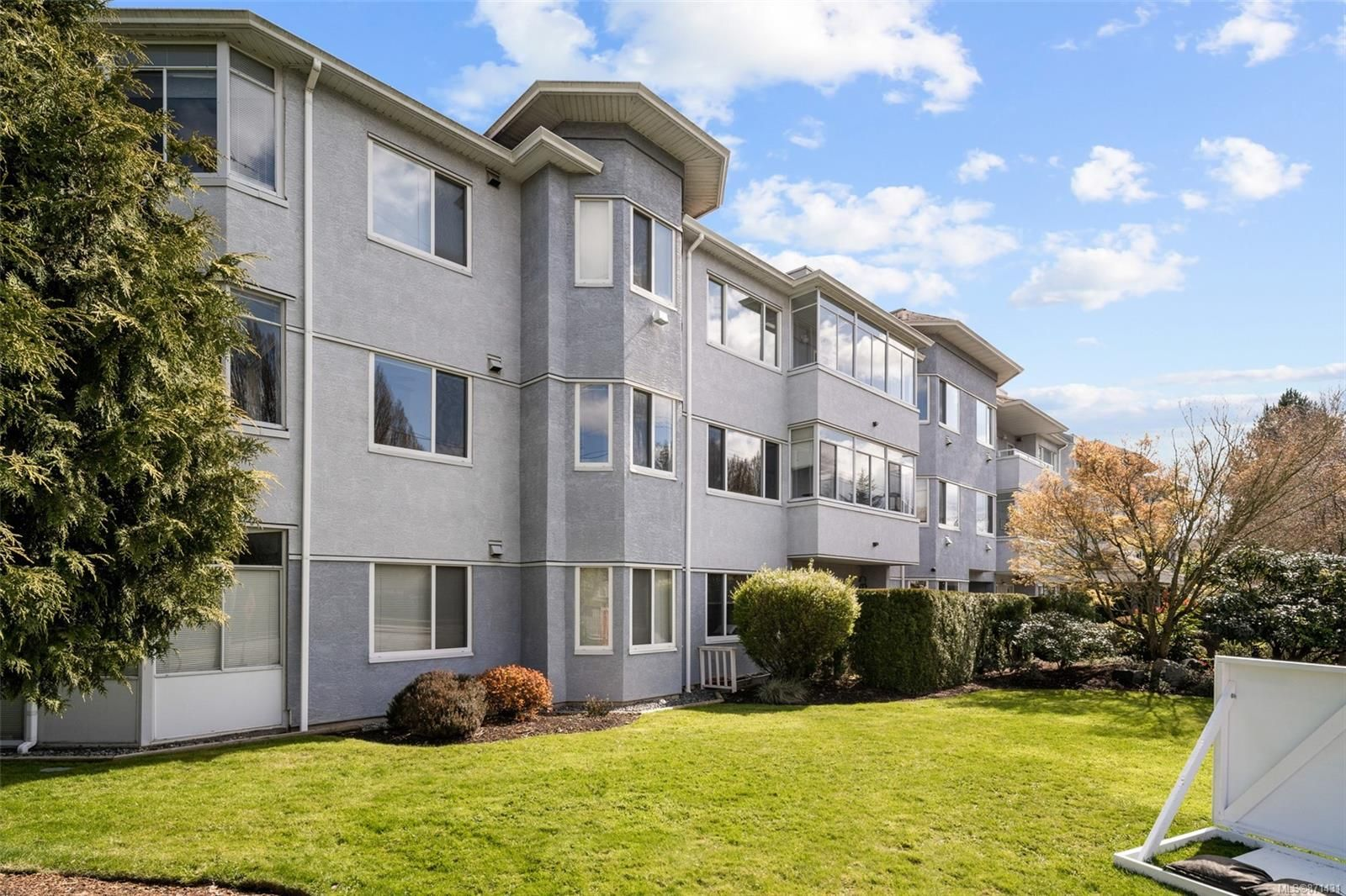 Main Photo: 204 3931 Shelbourne St in : SE Mt Tolmie Condo for sale (Saanich East)  : MLS®# 871431