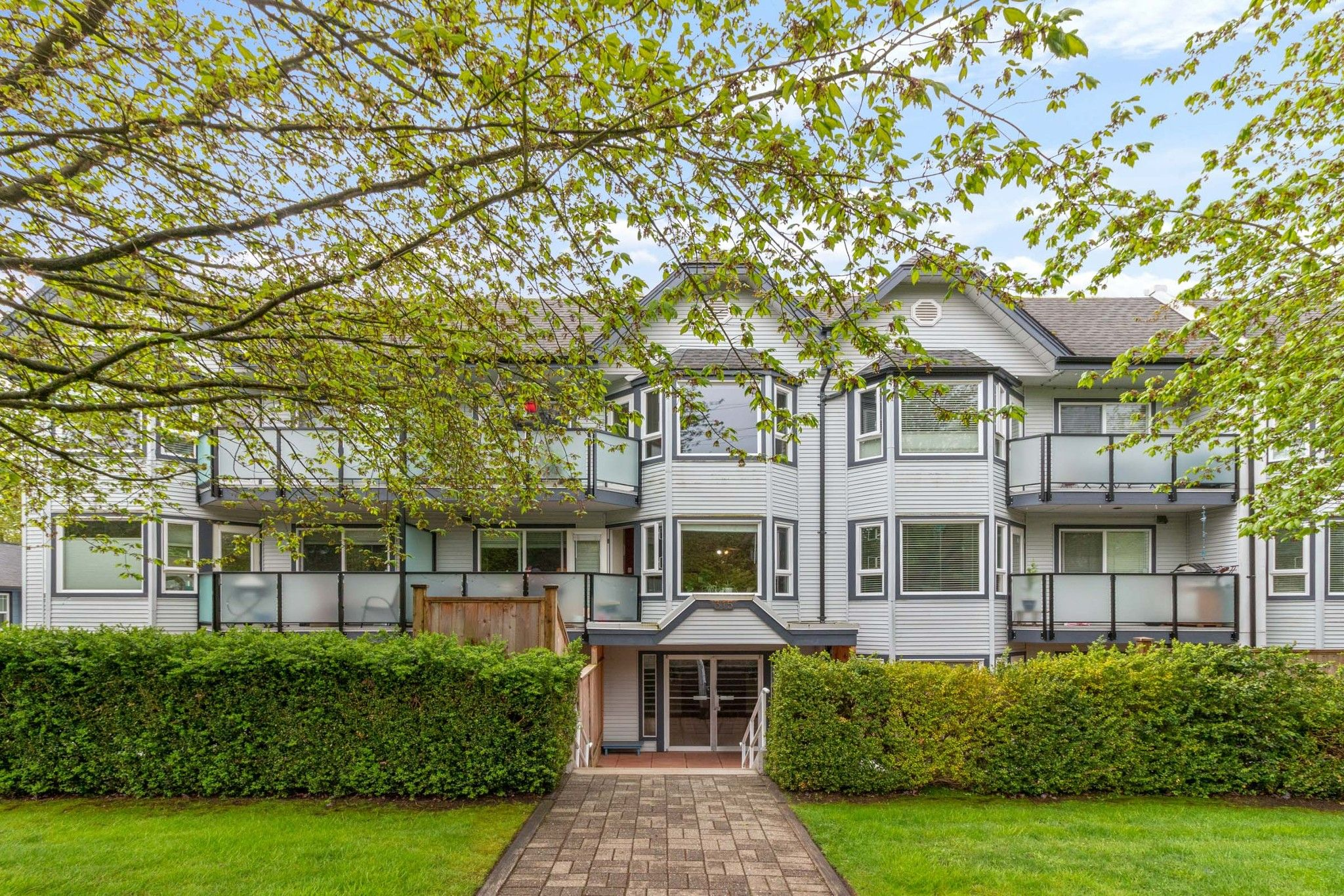 """Main Photo: 102 315 E 3RD Street in North Vancouver: Lower Lonsdale Condo for sale in """"Dunbarton Manor"""" : MLS®# R2574510"""