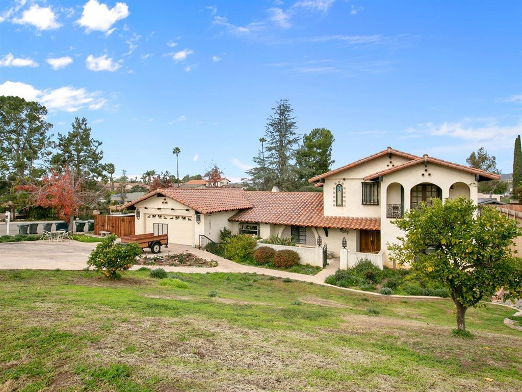Main Photo: EAST ESCONDIDO House for sale : 4 bedrooms : 2704 Crownpoint Place in Escondido