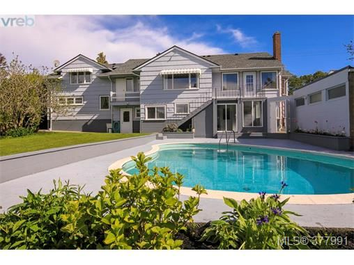 Main Photo: 2025 Lansdowne Rd in VICTORIA: OB Henderson House for sale (Oak Bay)  : MLS®# 759045