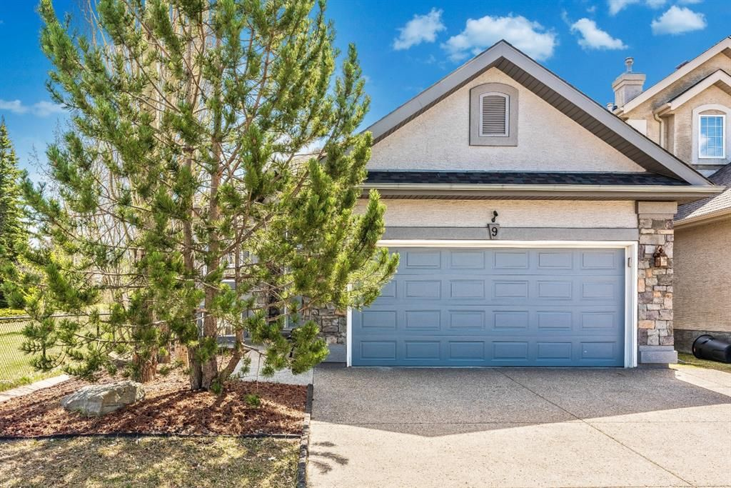 Immaculate raised bungalow backing onto park!
