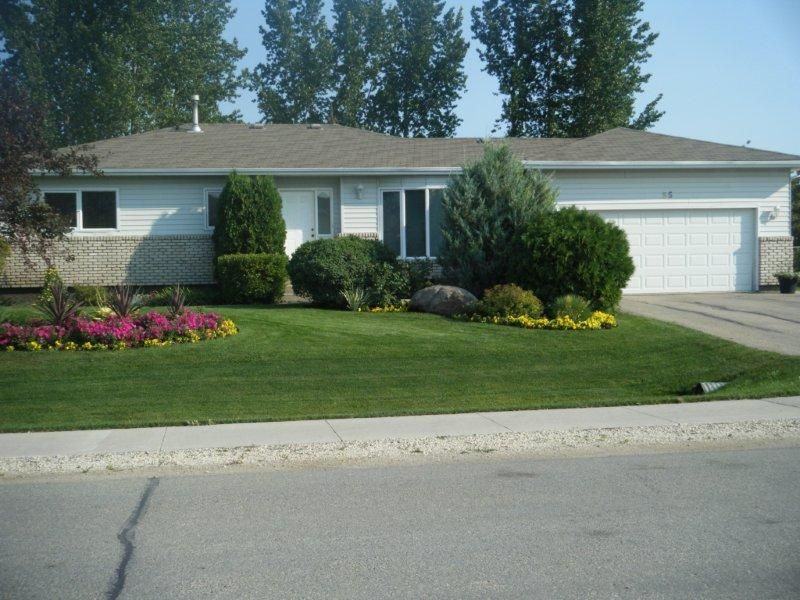 This original owner 1300 sq ft bungalow home is situated in the heart of Oakbank & provides plenty of room to live & relax.