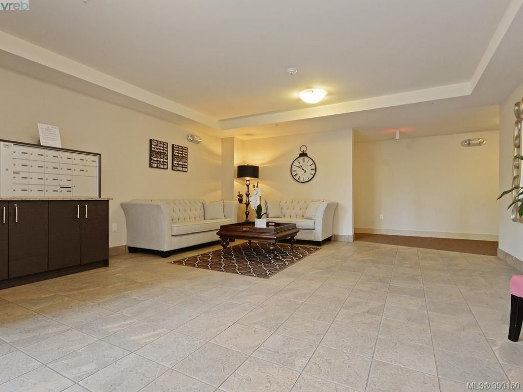 Photo 16: Photos: 202 935 Cloverdale Ave in VICTORIA: SE Quadra Condo for sale (Saanich East)  : MLS®# 784238
