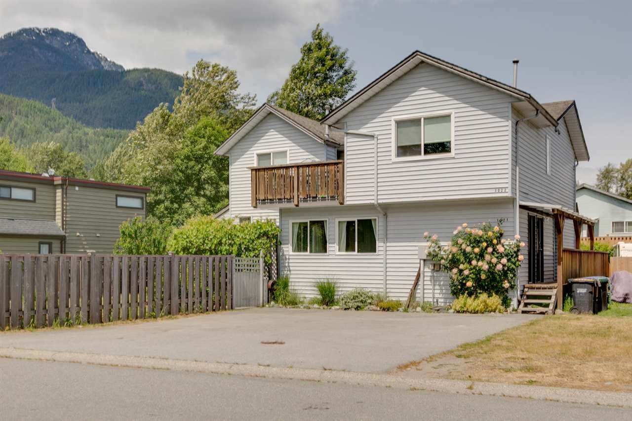Main Photo: 1021 BROTHERS Place in Squamish: Northyards 1/2 Duplex for sale : MLS®# R2274720