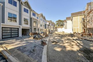 Photo 4: 11 1032 Cloverdale Ave in VICTORIA: SE Quadra Row/Townhouse for sale (Saanich East)  : MLS®# 790564