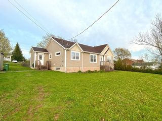 Photo 1: 78 Victoria Street in Springhill: 102S-South Of Hwy 104, Parrsboro and area Residential for sale (Northern Region)  : MLS®# 202112481