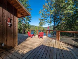 """Photo 5: 13702 CAMP BURLEY Road in Garden Bay: Pender Harbour Egmont House for sale in """"Mixal Lake"""" (Sunshine Coast)  : MLS®# R2485235"""
