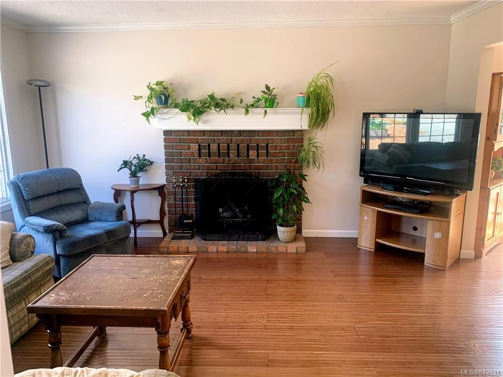 Photo 4: Photos: 2147 Weiler Ave in Sidney: Si Sidney South-West Half Duplex for sale : MLS®# 842931