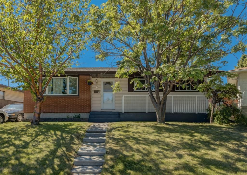 Main Photo: 31 Penworth Place SE in Calgary: Penbrooke Meadows Detached for sale : MLS®# A1120647