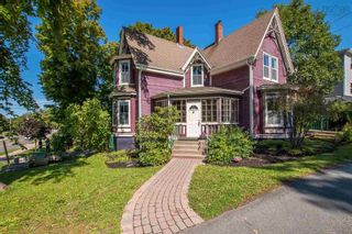Photo 1: 17 Highland Avenue in Wolfville: 404-Kings County Residential for sale (Annapolis Valley)  : MLS®# 202124258