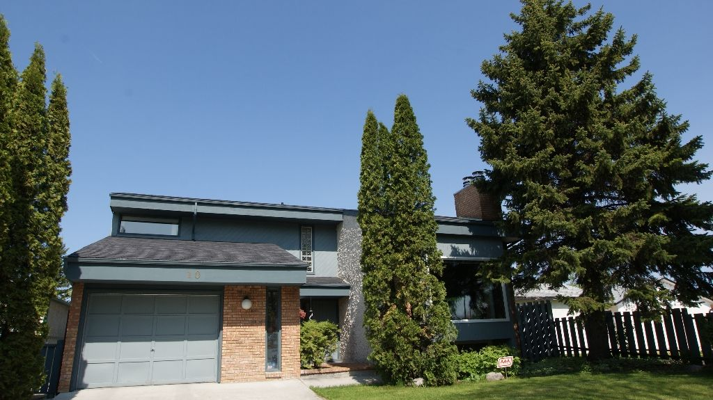 Main Photo: 10 Evenlea Walk in Winnipeg: North Kildonan Residential for sale (North East Winnipeg)