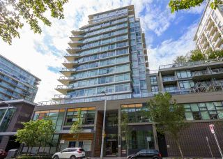 """Photo 1: 557 168 W 1ST Avenue in Vancouver: False Creek Condo for sale in """"WALL CENTRE FALSE CREEK WEST TOWER"""" (Vancouver West)  : MLS®# R2372215"""