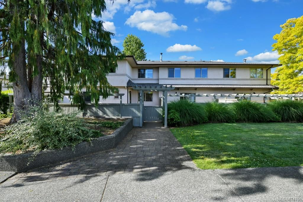 Main Photo: 36 4061 Larchwood Dr in : SE Cedar Hill Row/Townhouse for sale (Saanich East)  : MLS®# 874763