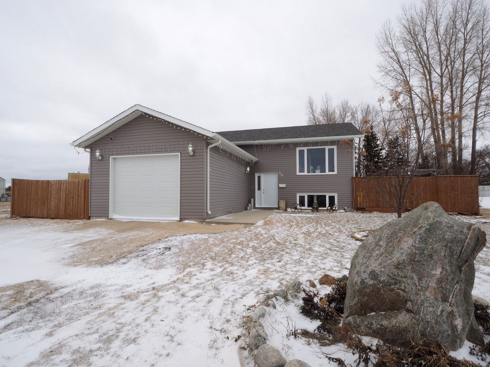 Main Photo: 726 Willow Bay in Portage la Prairie: House for sale : MLS®# 202007623
